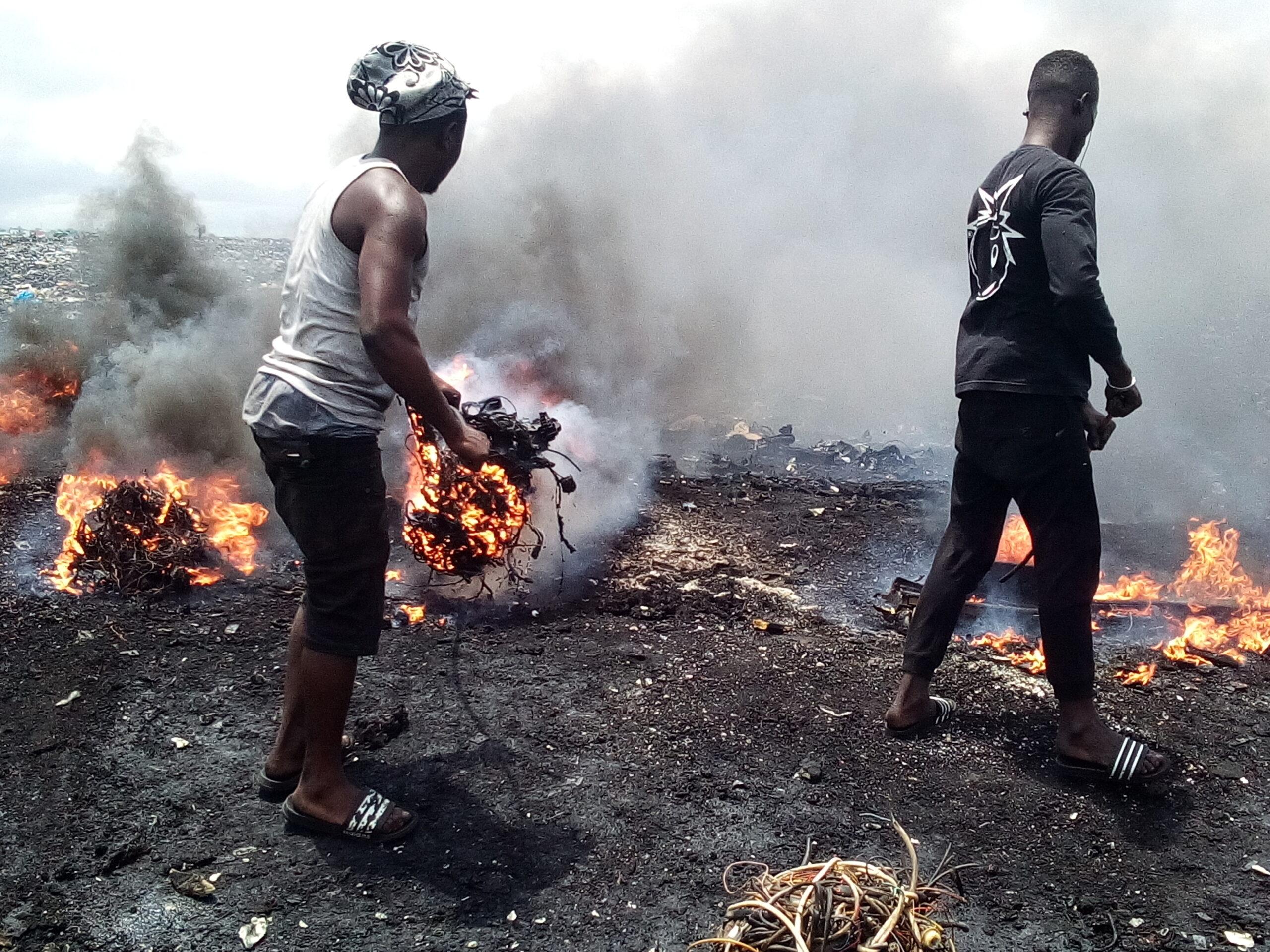 Agbogbloshie Ghana vertedero electrónico quema cables