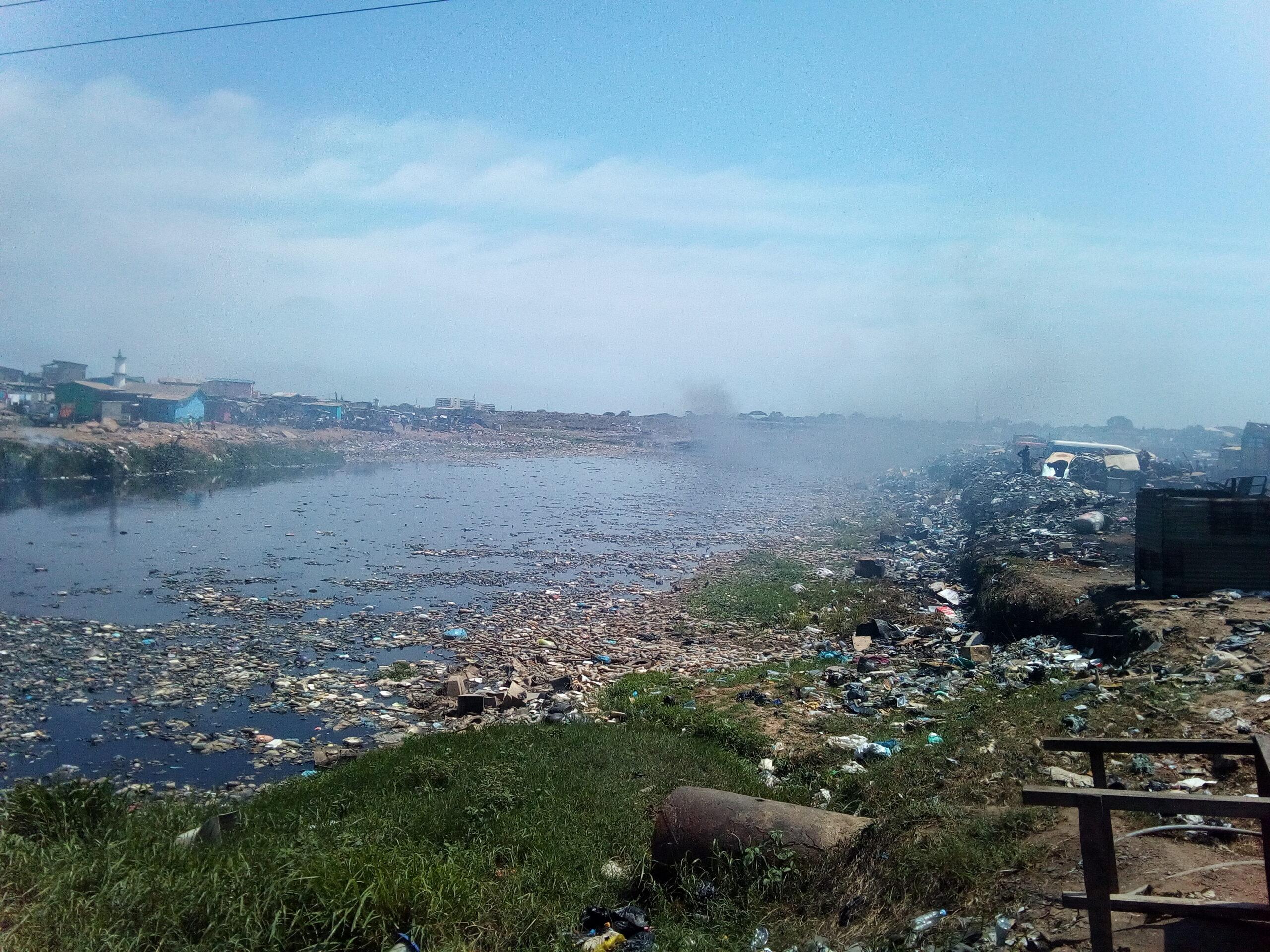 Agbogbloshie Ghana río vertedero electrónico